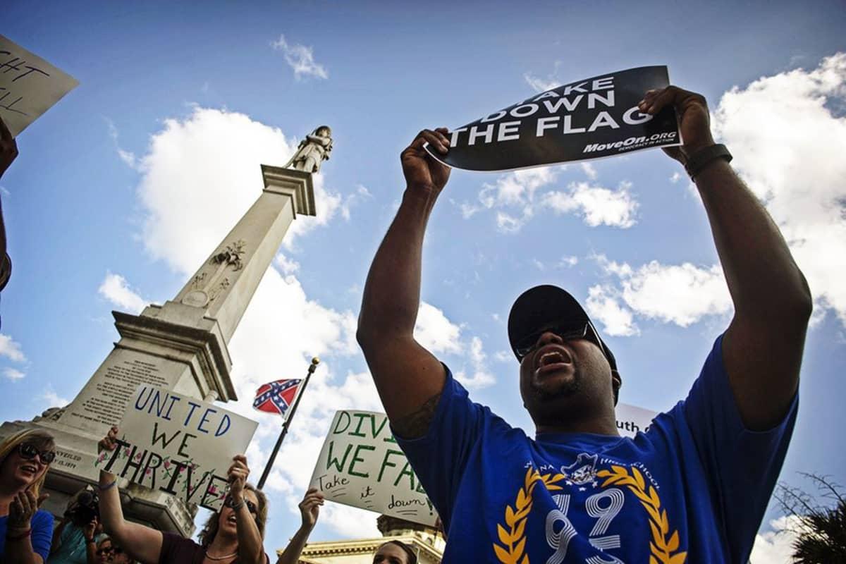 Mielenosoittaja, taustalla etelävaltioiden lippu.