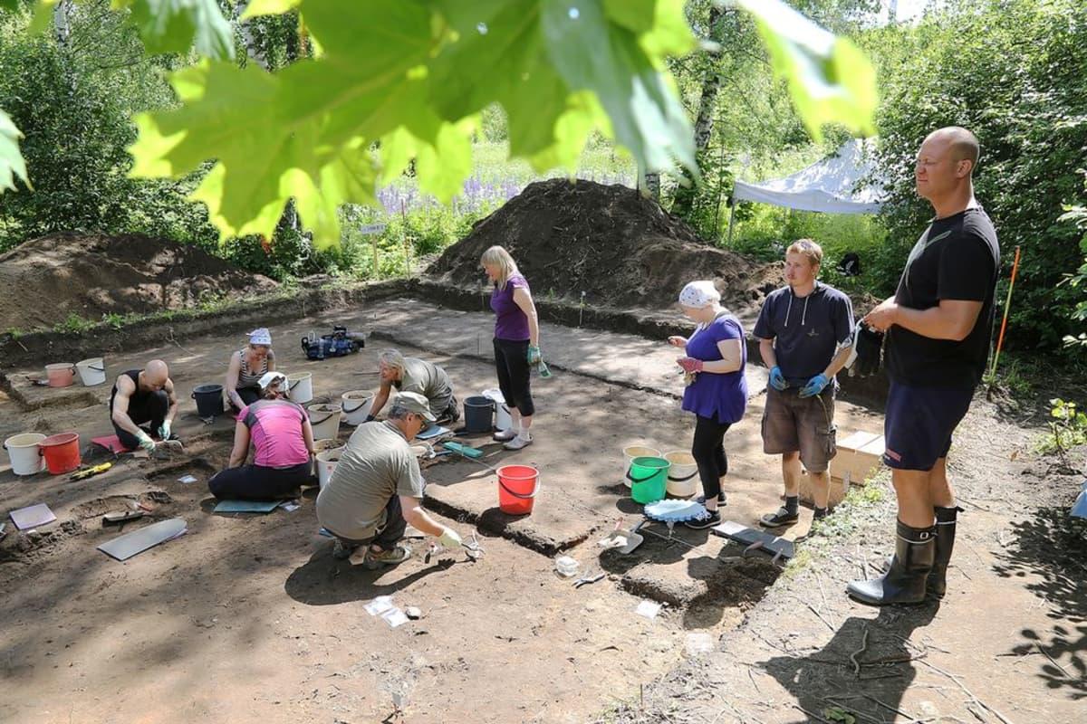 Kaivauksilla on töissä kahdeksan ihmistä sekä kaivauksia johtava arkeologi.