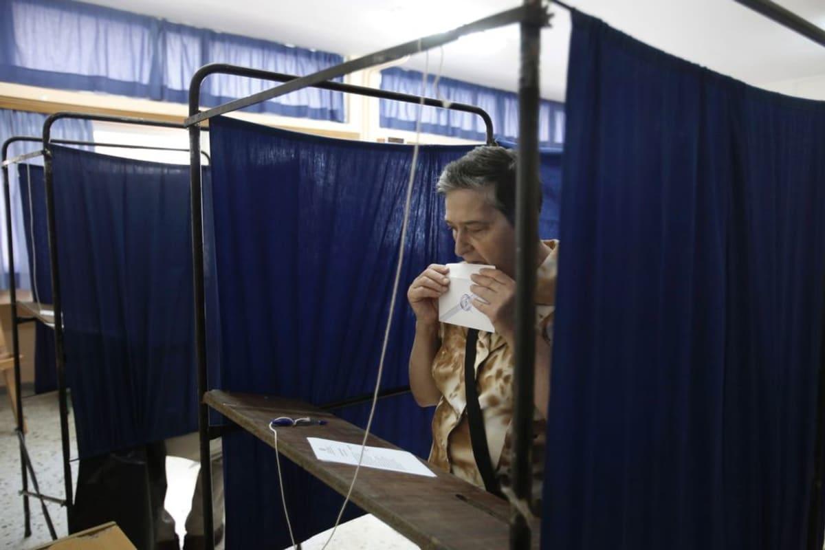 Kreikkalaisnainen äänesti Ateenassa sunnuntaina.
