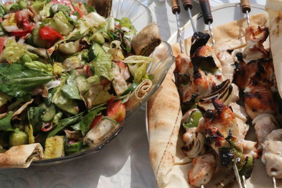 Shis tawouk -grillatut kanavartaat ja fattush-salaatti.