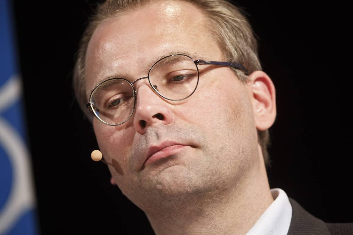 """Puolustusministeri Jussi Niinistö (ps) """"Mikä Suomea uhkaa? Kuinka me vastaamme siihen?"""" -keskustelussa SuomiAreena 2015 -tapahtumassa Porissa 17. heinäkuuta."""