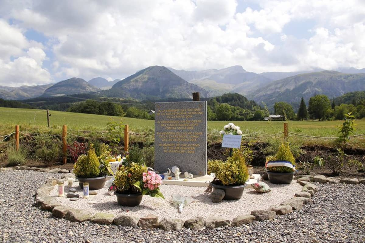 Kukkia ja kynttilöitä laskettuna Germanwingsin lentoturman muistomerkille.
