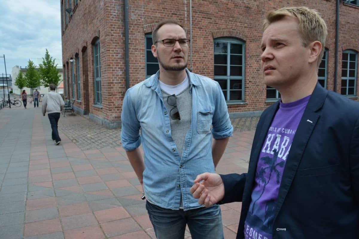 Käsikirjoittaja Toni Kurkimäki (vas.) ja tuottaja Pekka Pohjoispää ovat kuunnelleet herkällä korvalla lapualaisia patruunatehtaan räjähdyksestä.