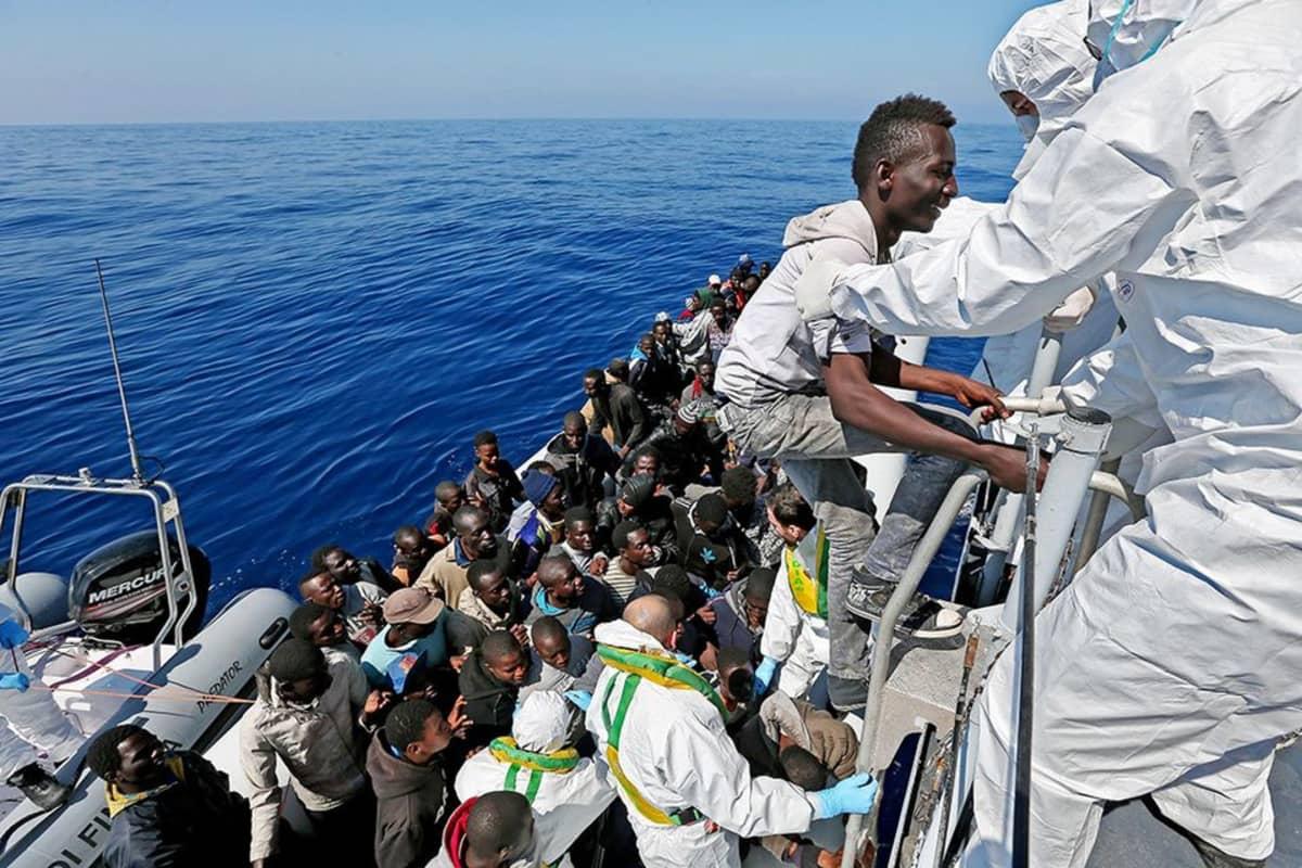 Italian merivartiosto pelastaa pakolaisia Välimerellä huhtikuussa.