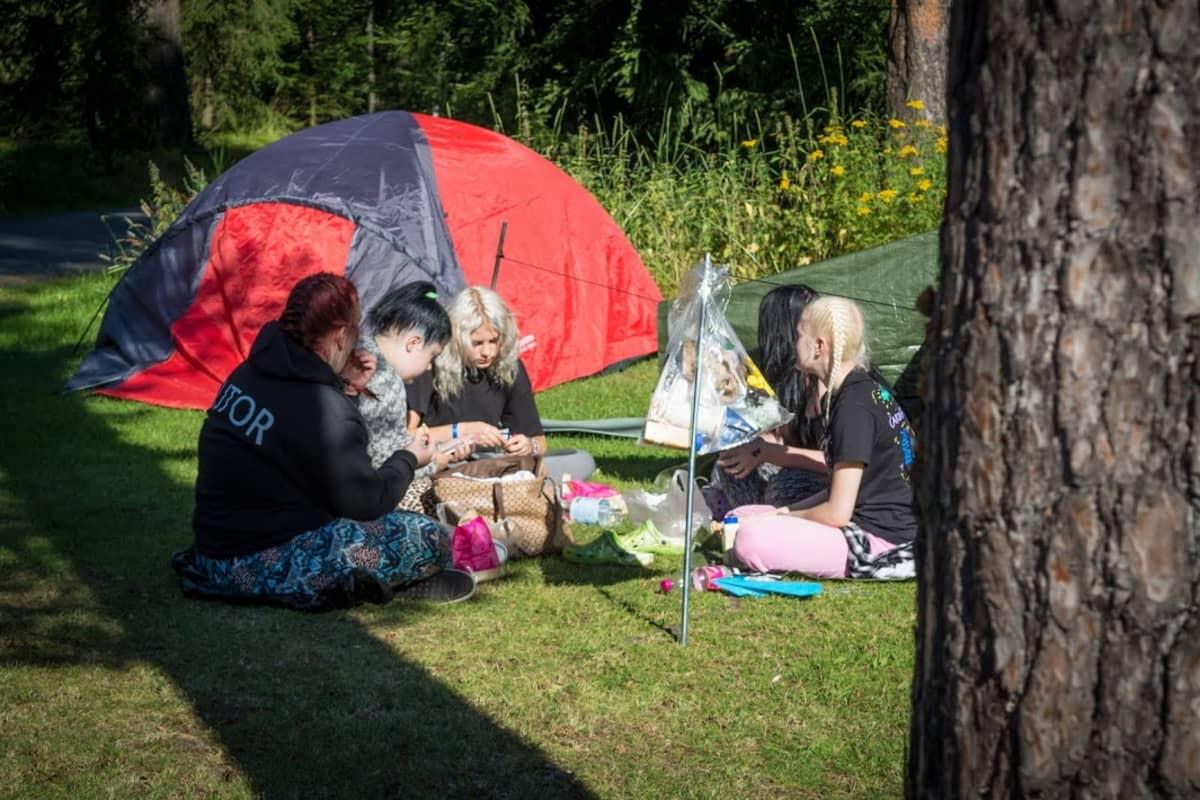 Isac Elliotin ja Robinin fanien teltat on jo pystytetty odottamaan Wasa Open Airin alkua.