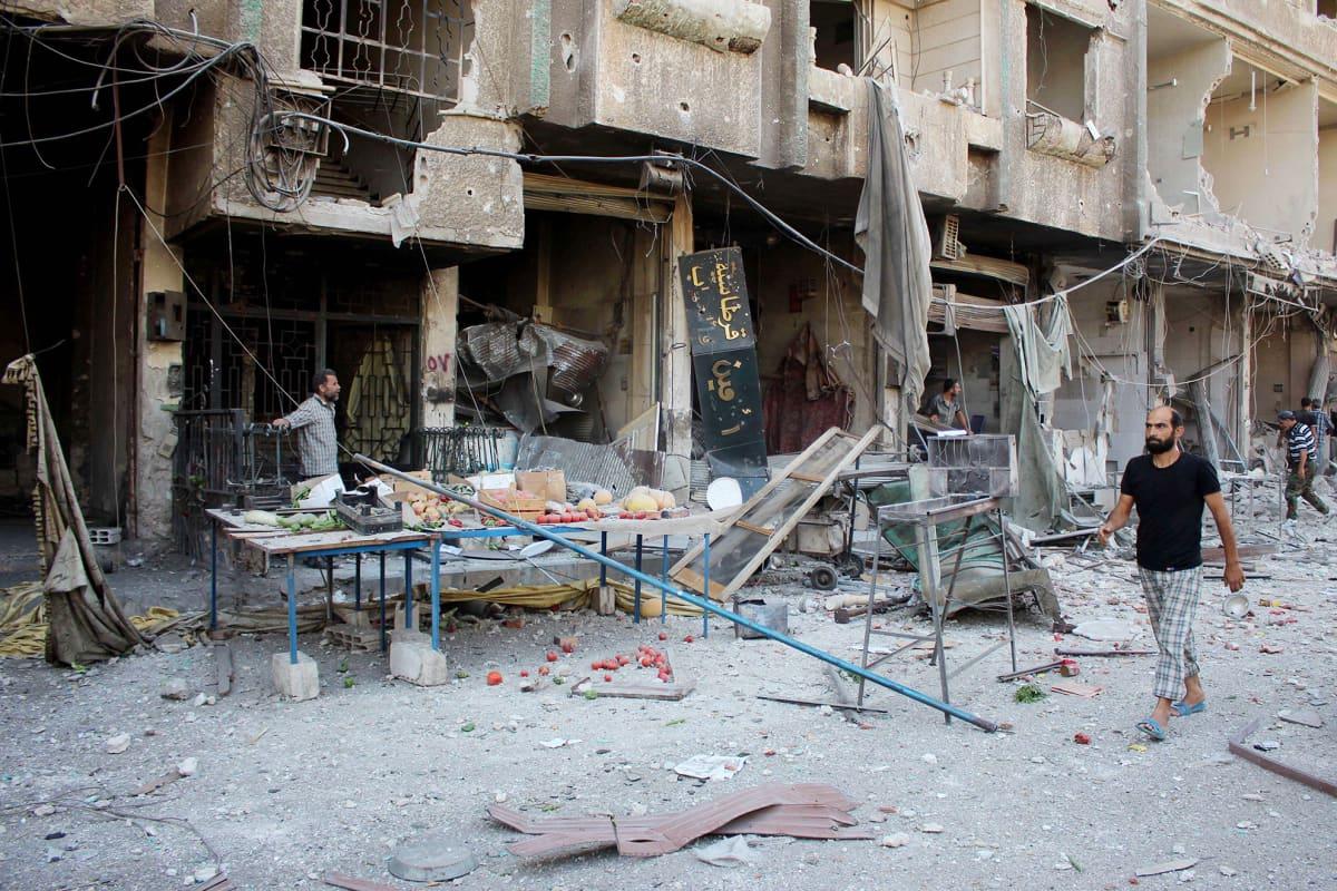 Näkymä Ain Tarman kaupunkiin Syyrian hallituksen joukkojen tekemän ilma-iskun jälkeen. Kuva on otettu 31. elokuuta.
