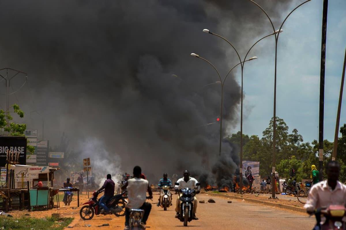 Palavia katusulkuja vallankaappaajien vastaisessa mielenosoituksessa Ouagadougoussa, Burkina Fasossa, 17. syyskuuta.