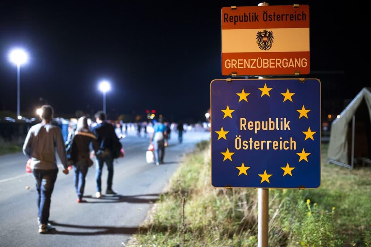 Maahanmuuttajia saapumassa Unkarin ja Itävallan väliselle rajalle 18. syyskuuta.