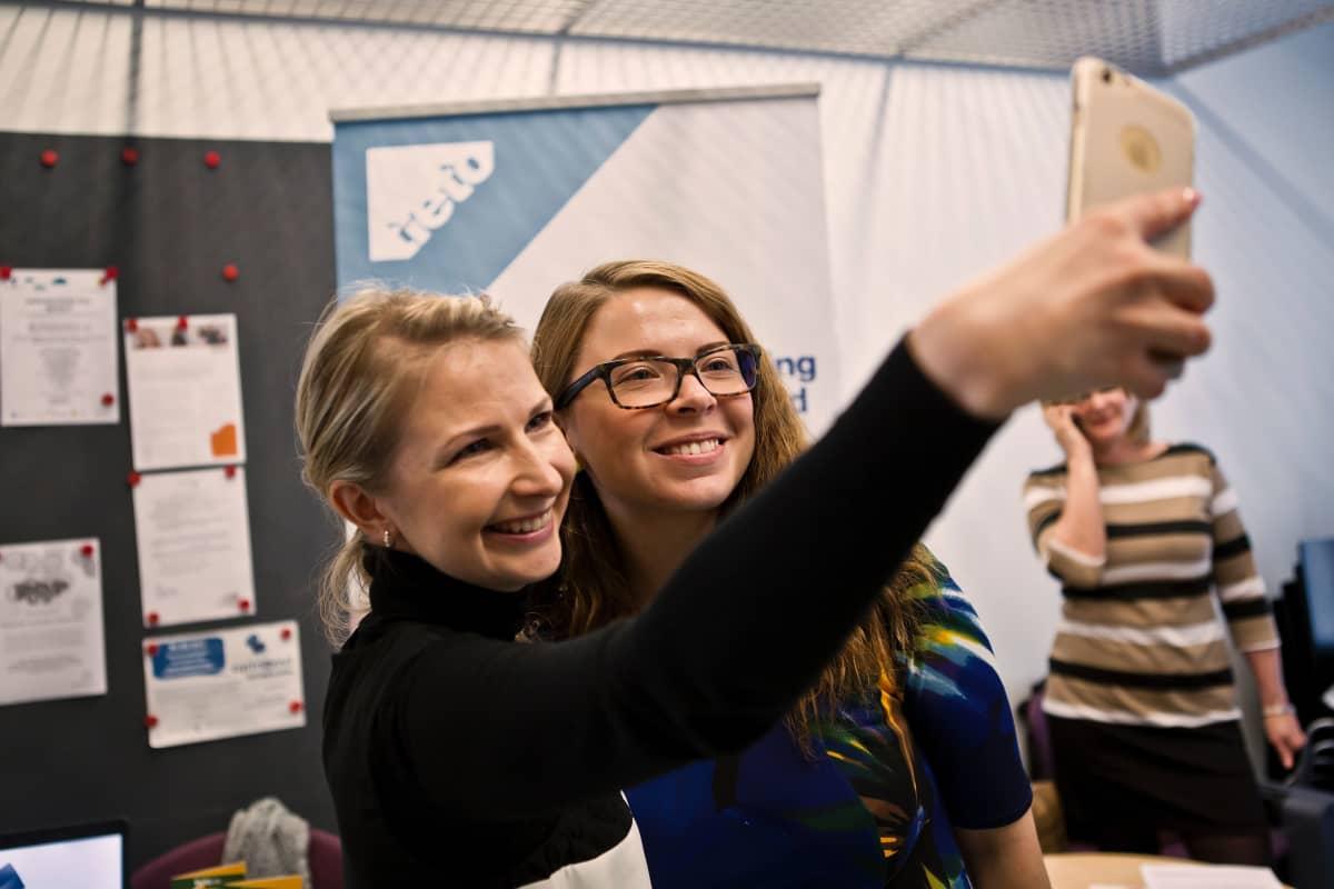 Tieto Estonian rektytoijat Laura Eelmaa ja Daisy Inslermann ottavat selfien Turussa.