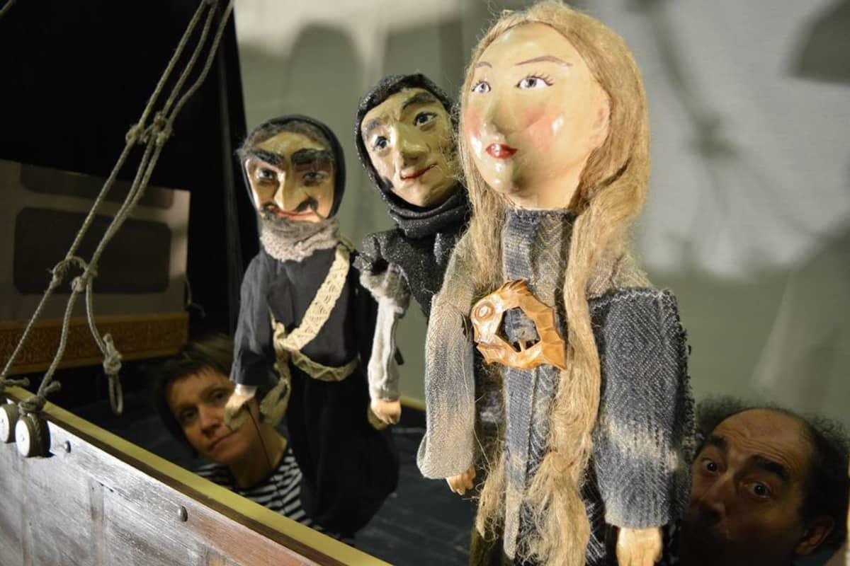 Jenny Ekman-Kaivosen ja Cosimo Galianon nuket tositoimissa esityksessä Merirosvot ja Merenkurkun kivet.