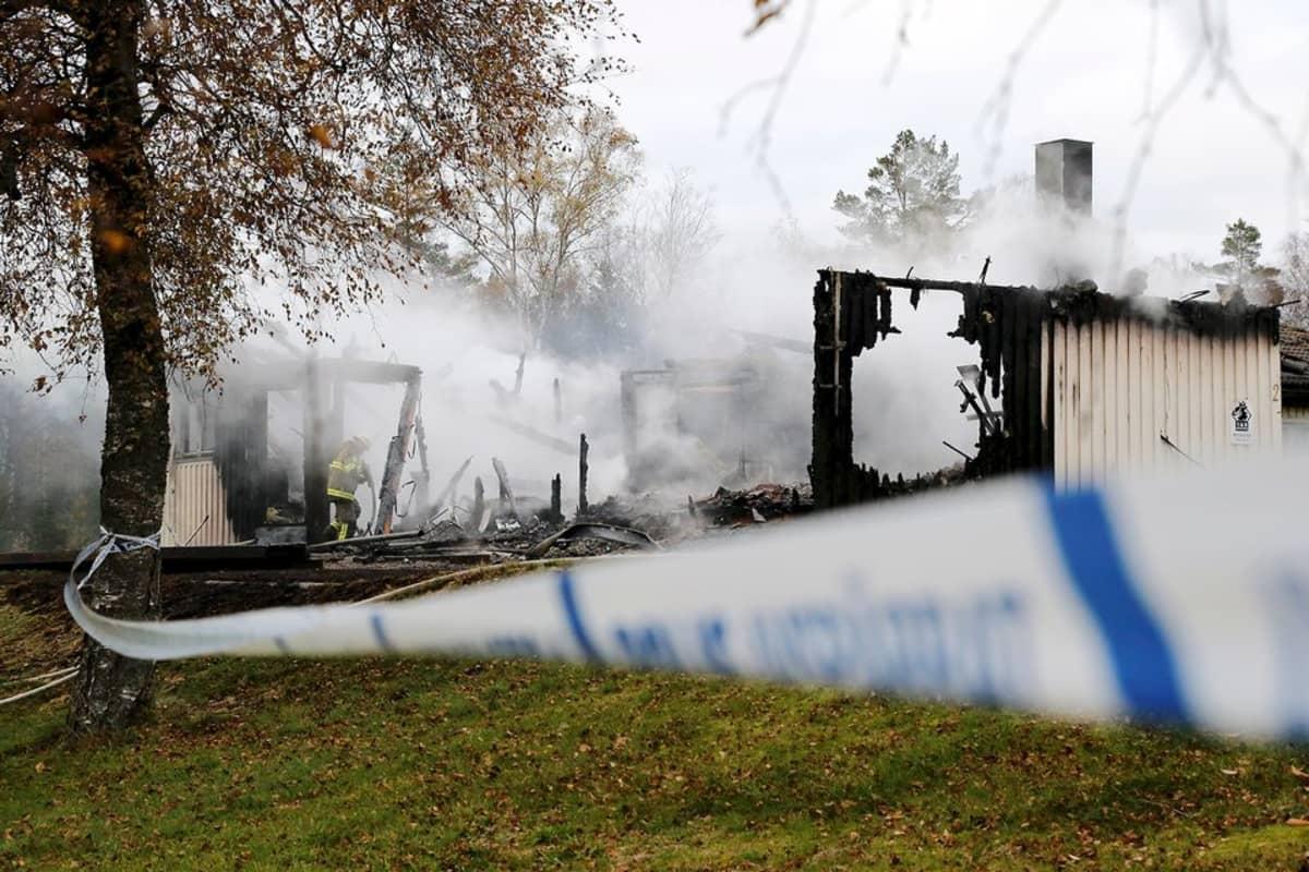 Palomies sammuttamassa tulipaloa turvapaikanhakijoiden majoituskeskuksessa Munkedalissa 20. lokakuuta.