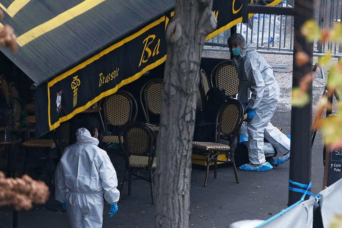 Rikospaikkatutkijoita Bataclan-konserttipaikan edessä Pariisissa 14. marraskuuta.