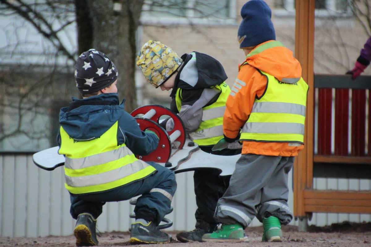 Lapset leikkii tarhassa