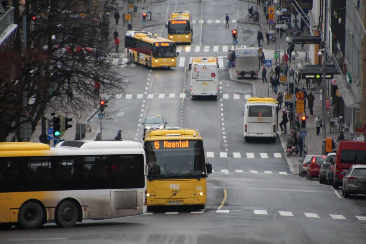Bussit puolalanmäessä