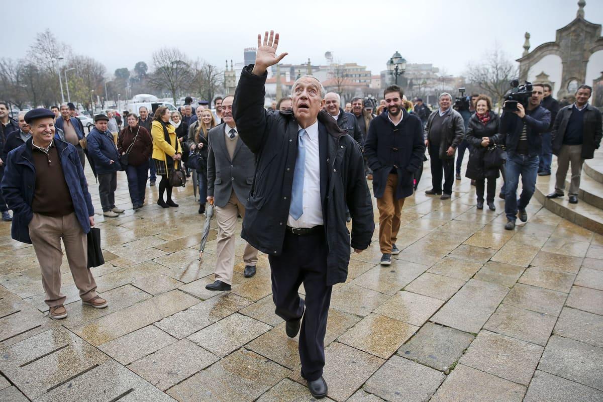 Presidenttiehdokas Marcelo Rebelo de Sousa tervehti kaupunkilaisia Viena do Castelossa, Portugalissa, 22. tammikuuta.