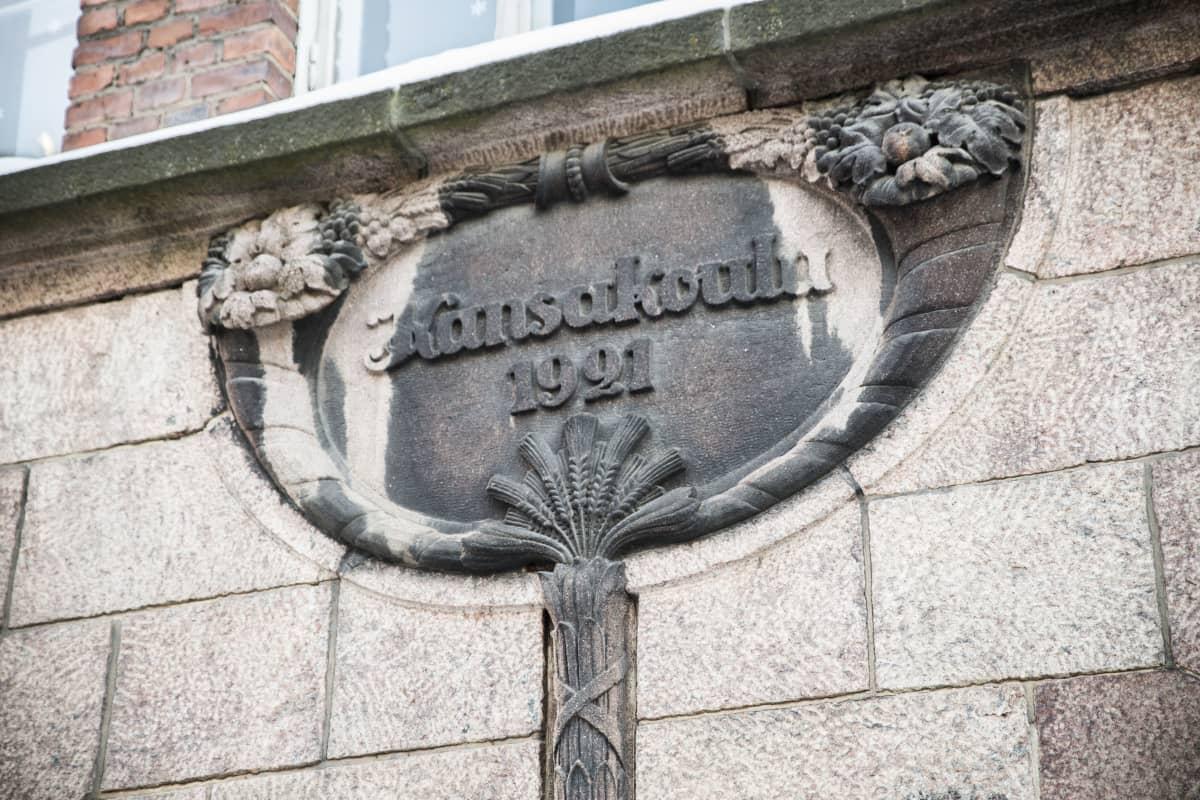 Snellmanin koulun seinän kansakoulu 1921 -kyltti