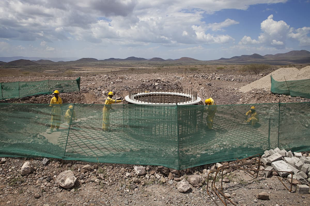 Tuuliturbinien perustuksia pystytetään Turkanajärven tuulipuistoon.