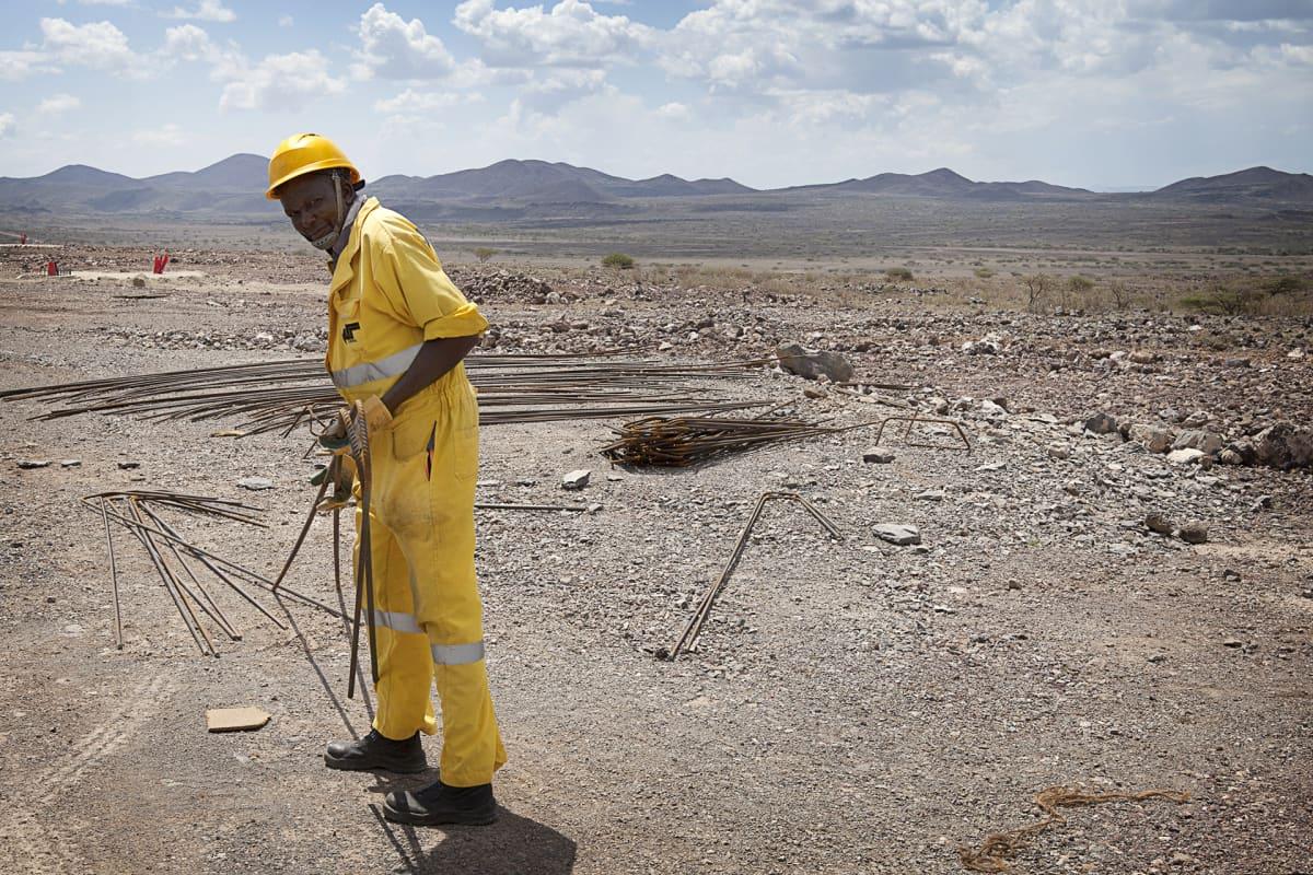 Mies Turkanajärven tuulipuiston rakennustyömaalla.