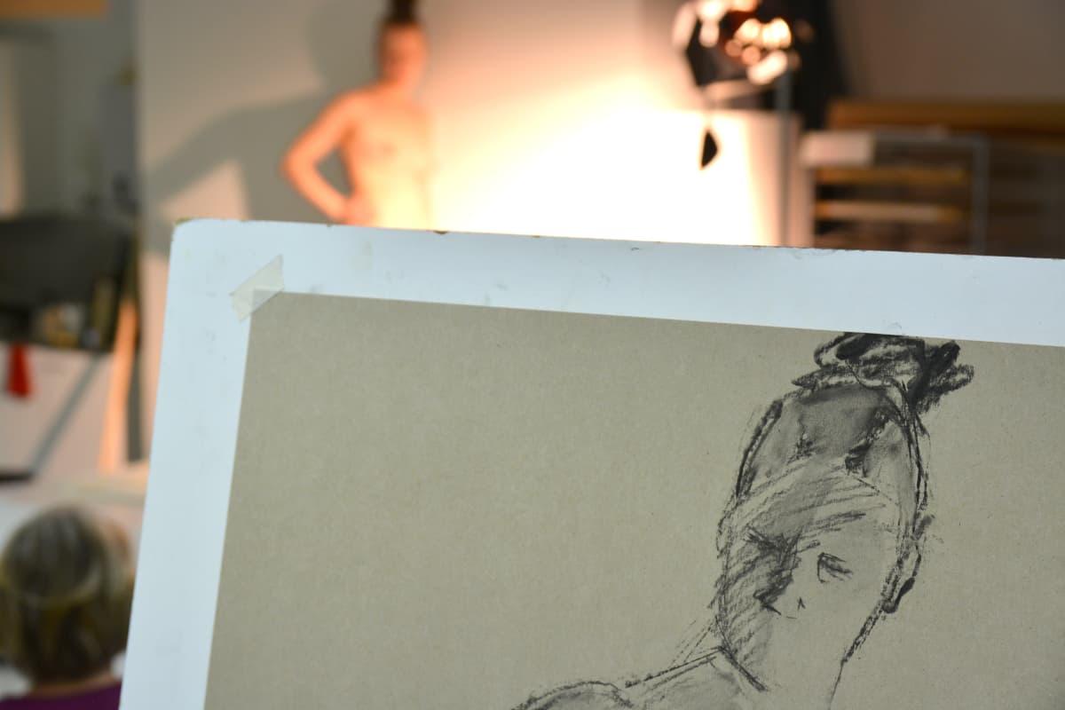 Alastonmalli ja hänestä piirretty kuva