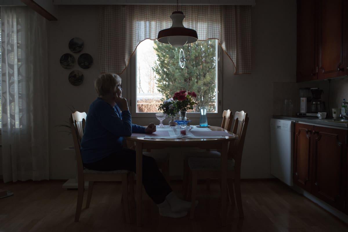 Eila Järvinen asuu lähellä vastaanottokeskusta, jonka salkoon nostettiin elokuussa natsilippu.