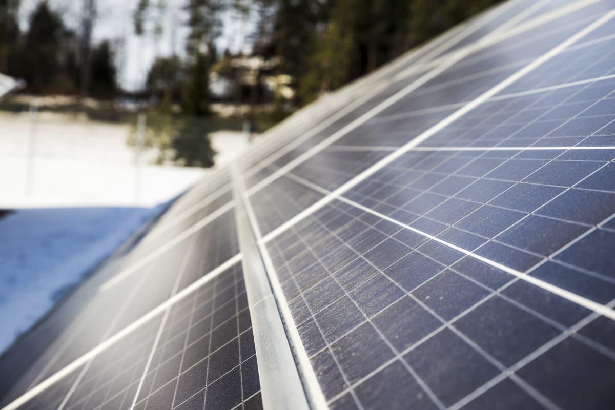 Aurinkopaneeli Keravan aurinkovoimalassa.