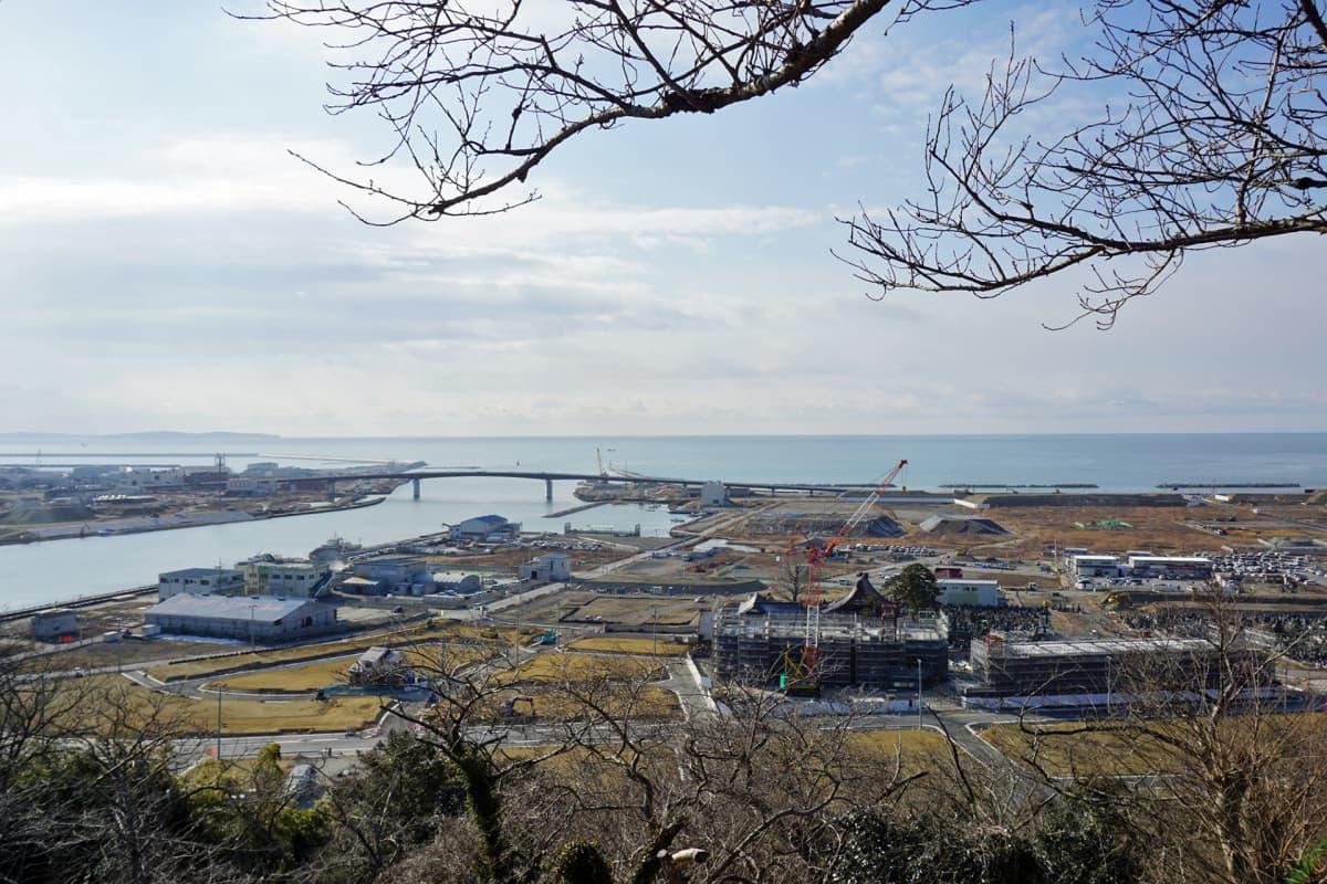 Näkymä kohti Ishinomakin rannikkoviivaa. Tsunami teki täällä tuhoa viisi vuotta sitten.