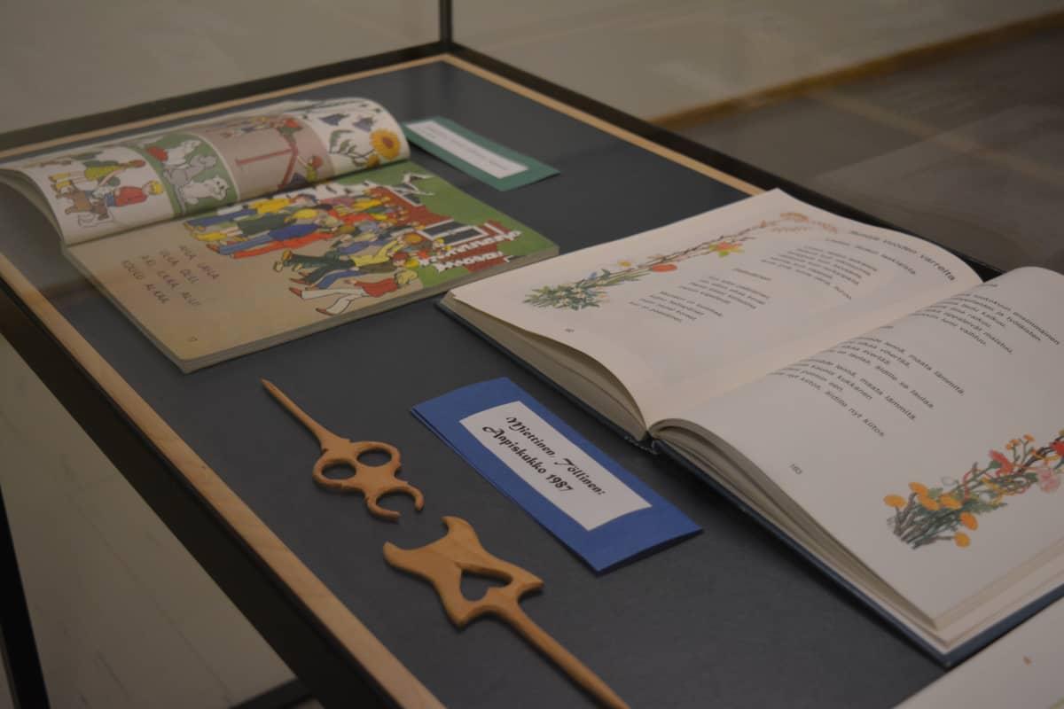 Aapisia eri vuosikymmeniltä on esillä Seinäjoen kaupunginkirjastossa.