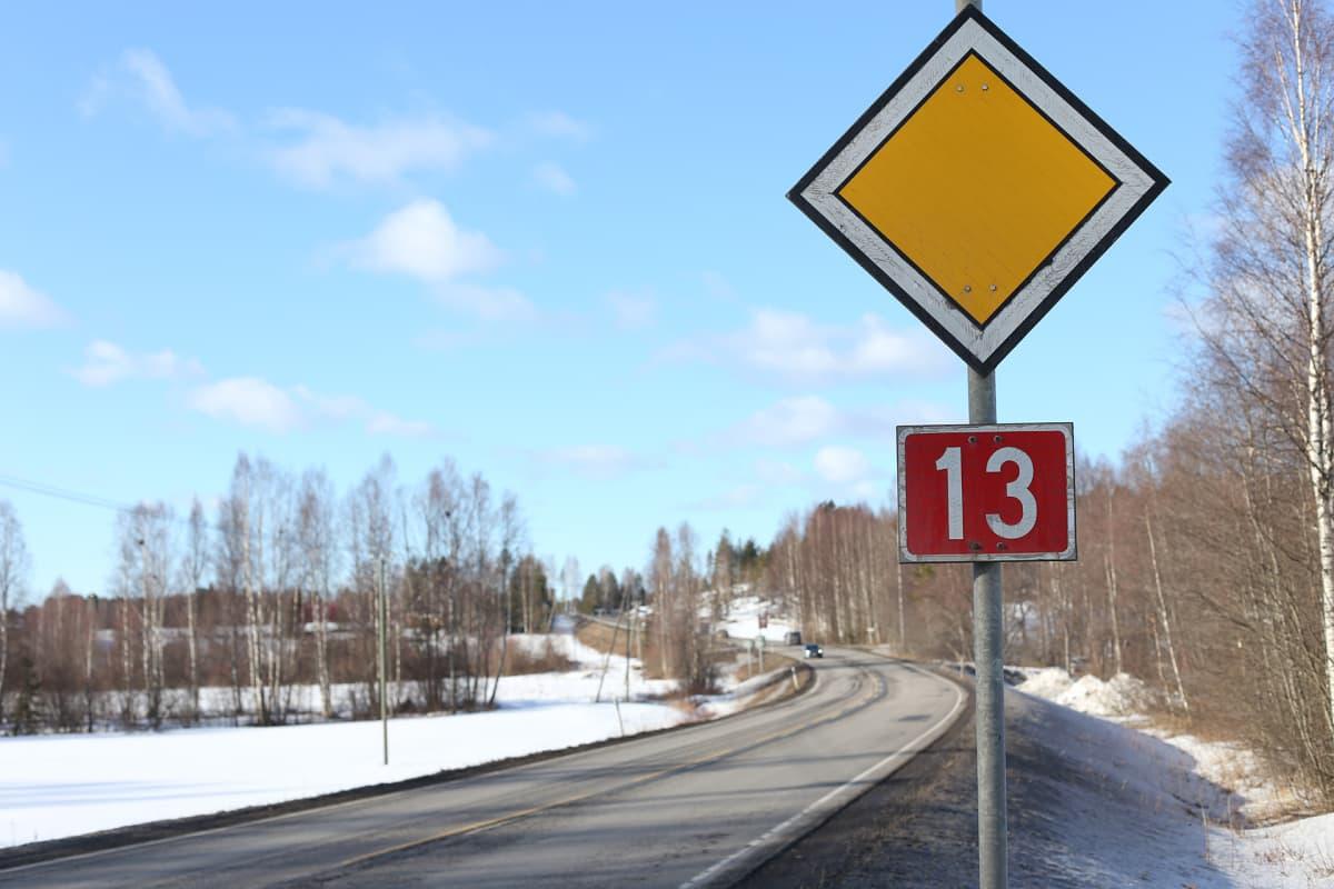 tyhjä maantie ja liikennemerkki