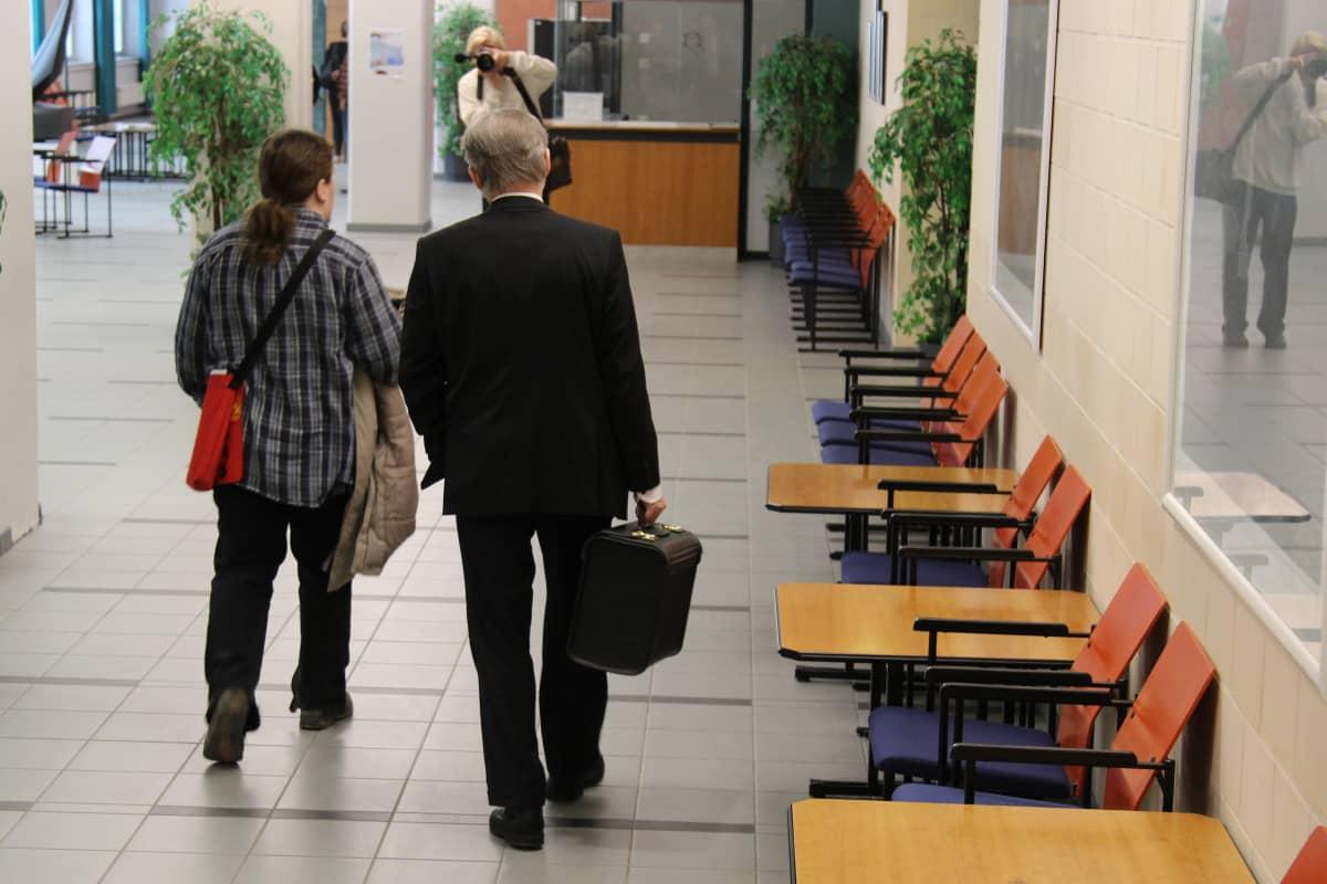 Stubbin päälle colaa heittänyt mies saapuu Pirkanmaan käräjäoikeuteen asianajajansa kanssa