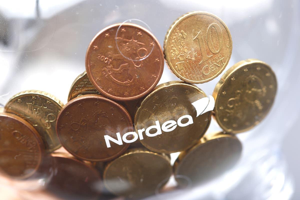 Kolikoita Nordean logolla varustetussa säästöpossussa.
