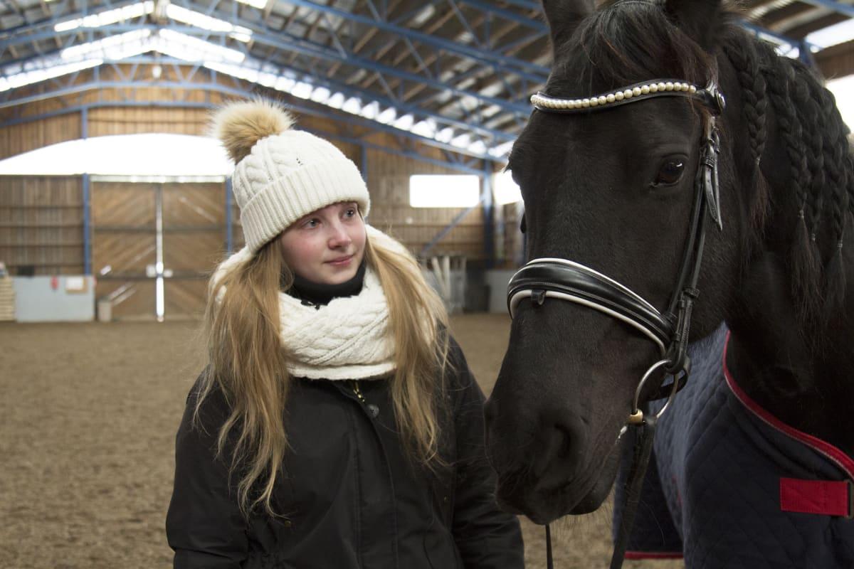 Tyttö ja hevonen.