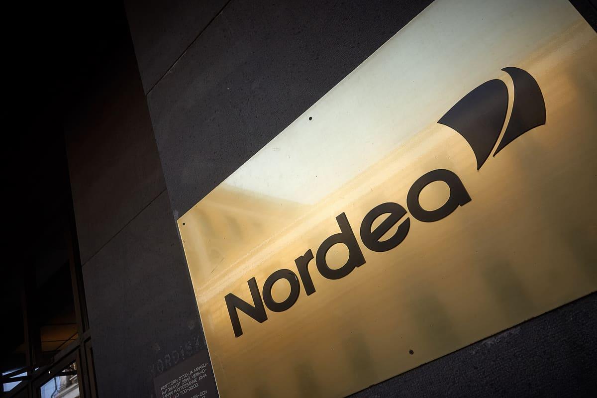 Nordean kultainen kyltti Aleksanterinkadun pankkikonttorin edessä Helsingissä.