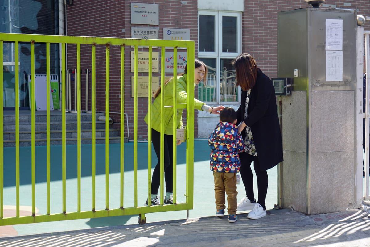 Äiti hakee lapsen tarhasta. Ding Pengqille tuli päiväkodista sapiskaa riitelyn takia.