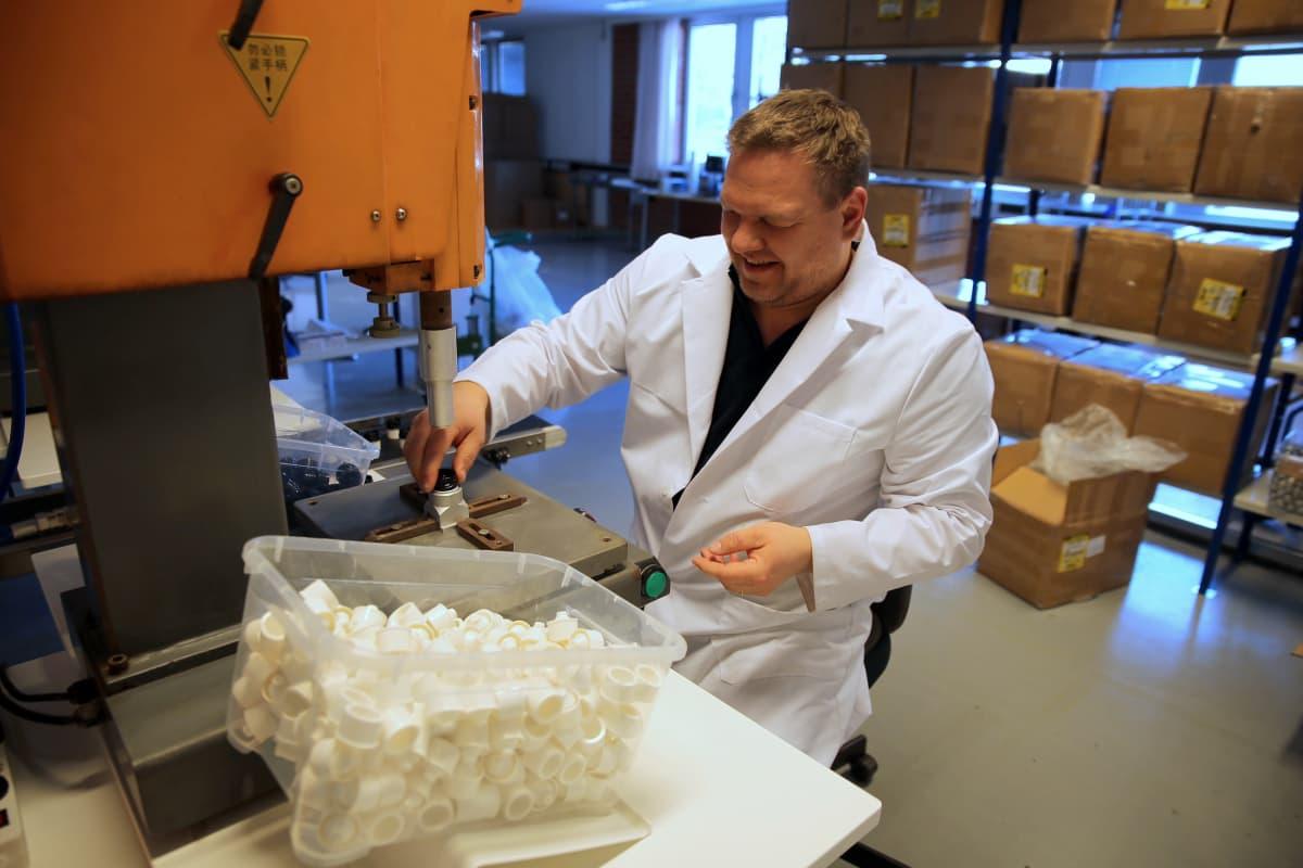 Korkin osat liitetään toisiin ultraäänihitsaamalla. Kaj Pelamon mukaan nykymenetelmin saadaan valmistettua noin 1900 korkkia tunnissa.