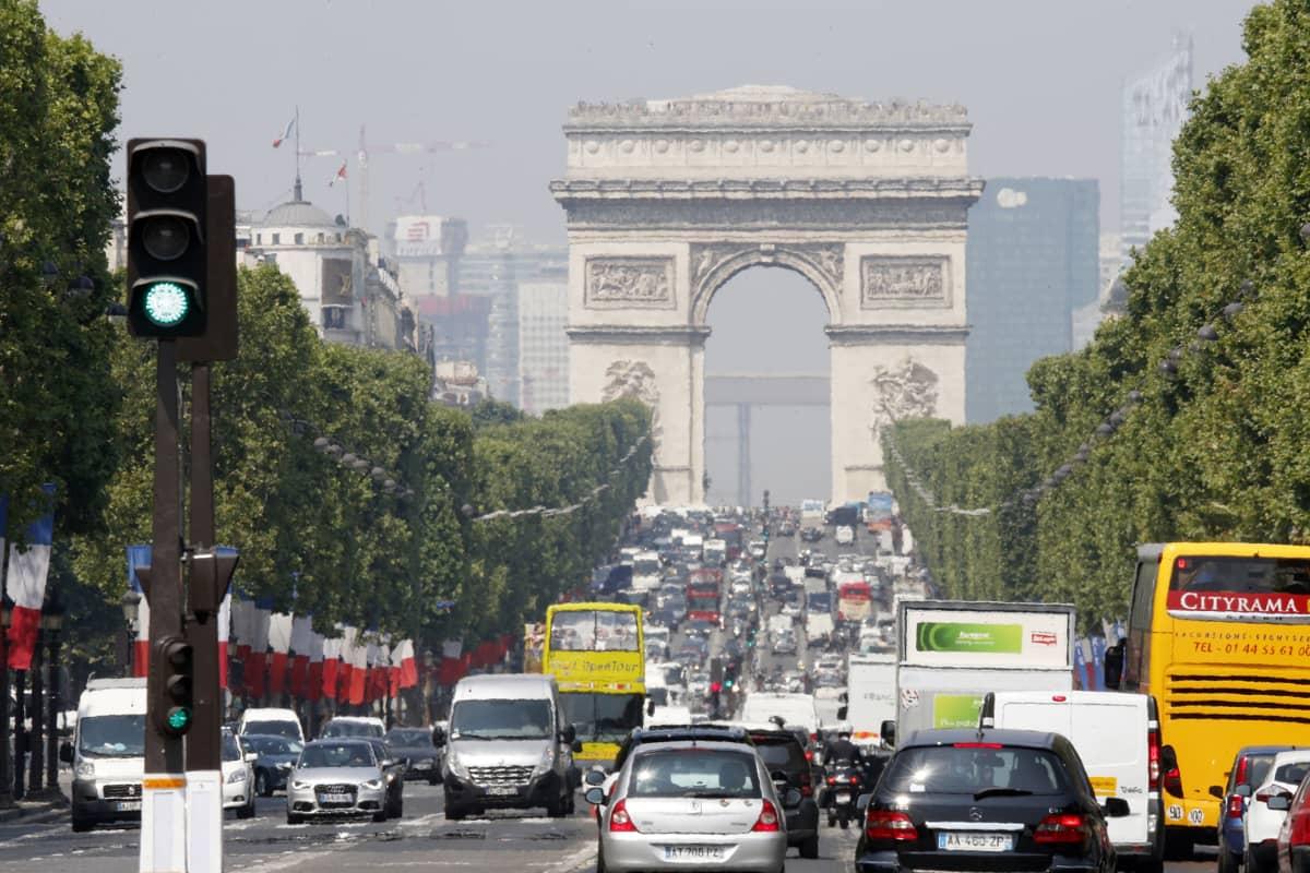 Liikennettä Pariisin keskustassa.