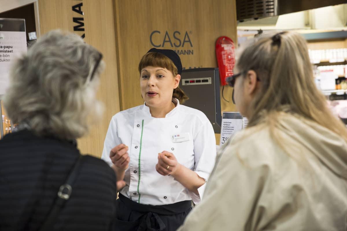 Kokki Johanna Hokanen esitteli nyhtökauraa Stockmannin Herkun asiakkaille.