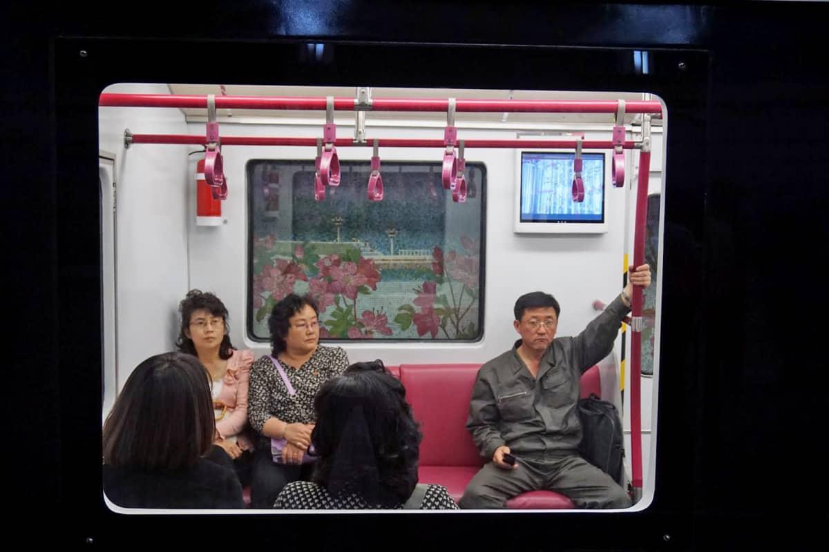 Metron matkustajissa kiinnitti huomiota se, että joillakin oli kännykkä.