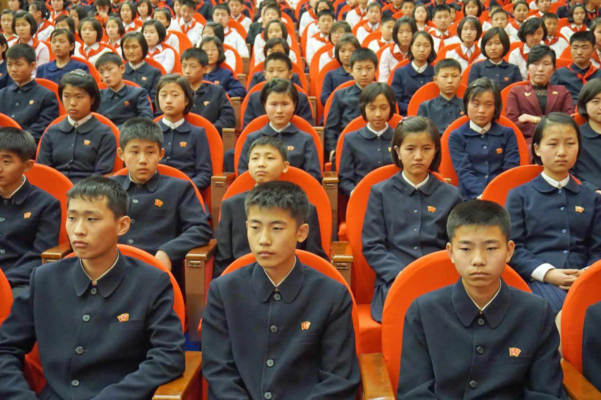 Lastenpalatsin kulttuurinäytöstä seurasi joukko koululaisia, joita ei käsketty hymyilemään.