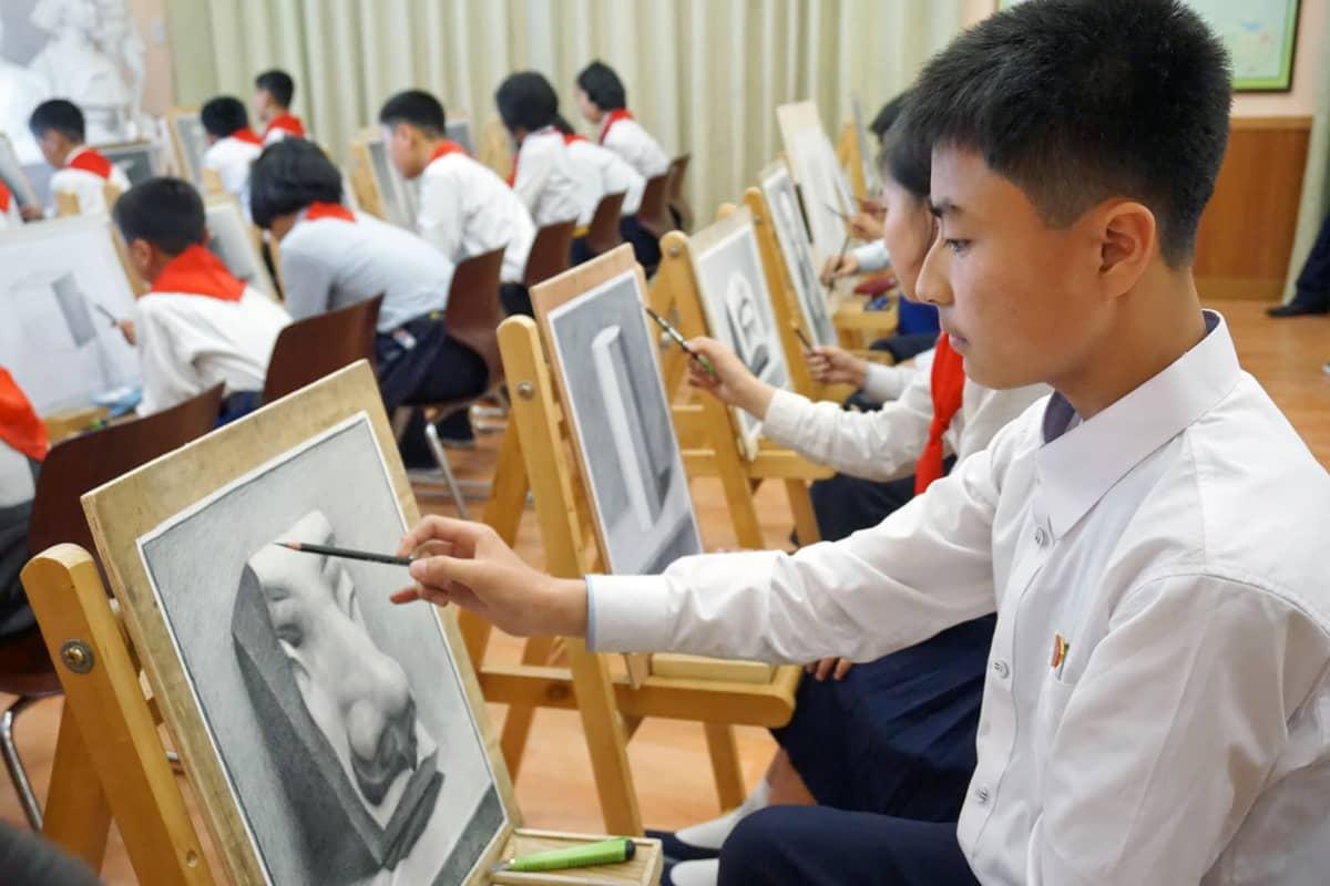 Pjongjangin lastenpalatsin kuvataideoppilaiden taidot häikäisevät.