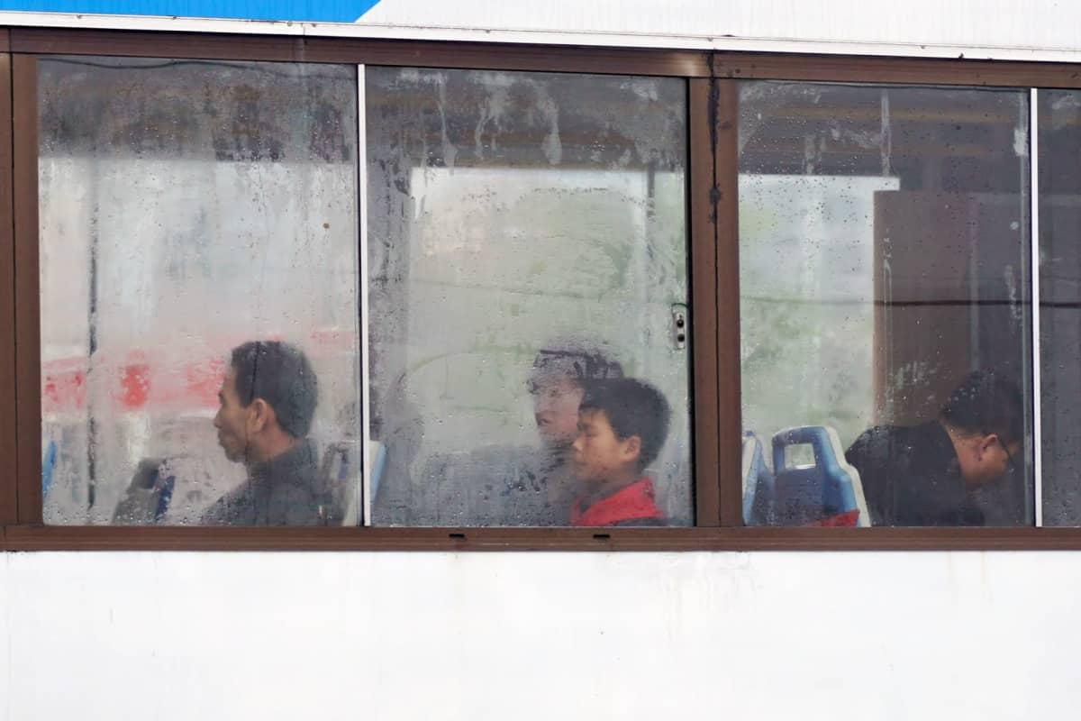 Bussi on Pjongjangin tärkein liikenneväline. Tänä sumuisena ja tihkusateisena päivänä tilaa oli tavallista enemmän.