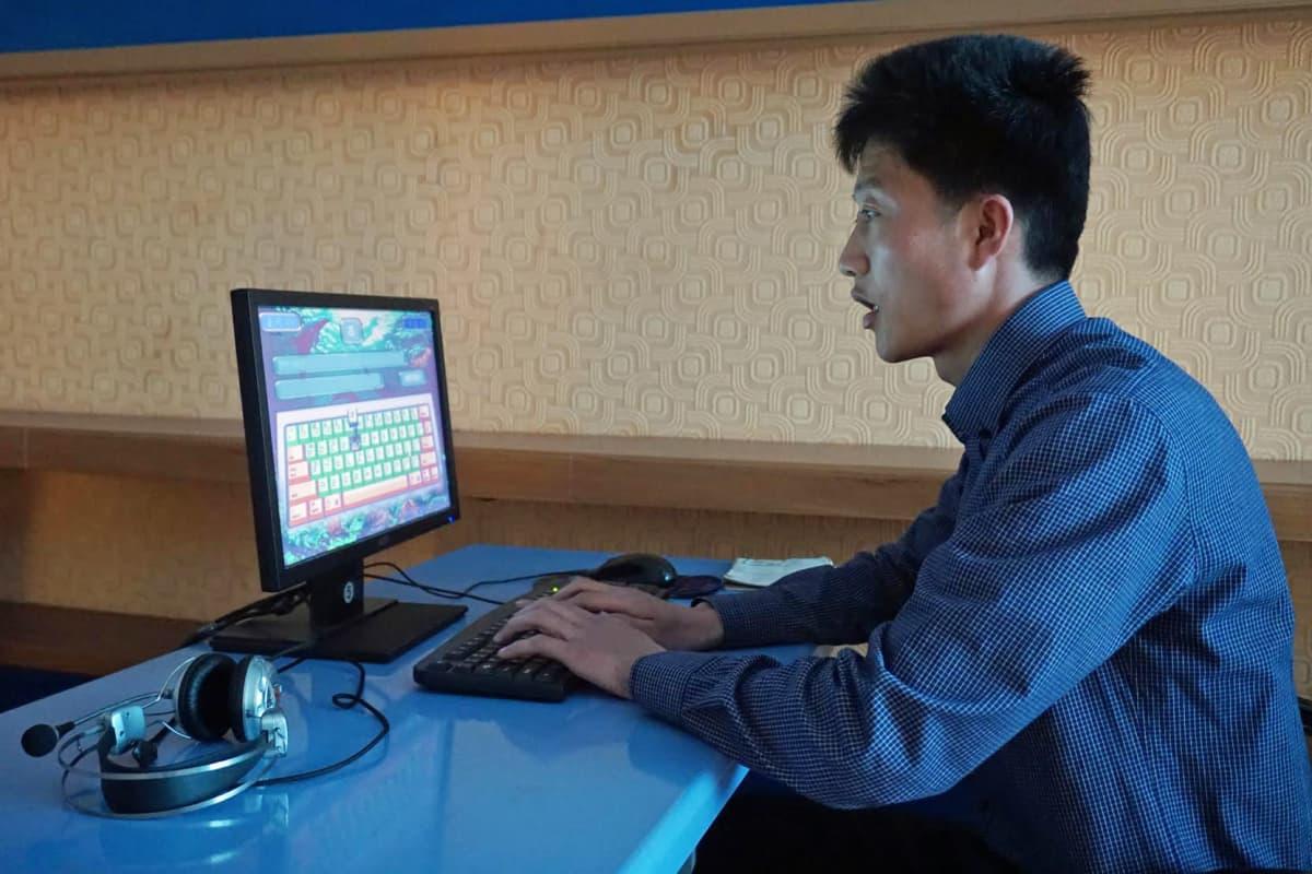 Nuori mies harjoittelee kymmensormijärjestelmää e-kirjastossa, jossa voi lukea pohjoiskorealaisia kirjoja tietokoneilta sekä käyttää maan sisäistä tietokoneverkkoa.