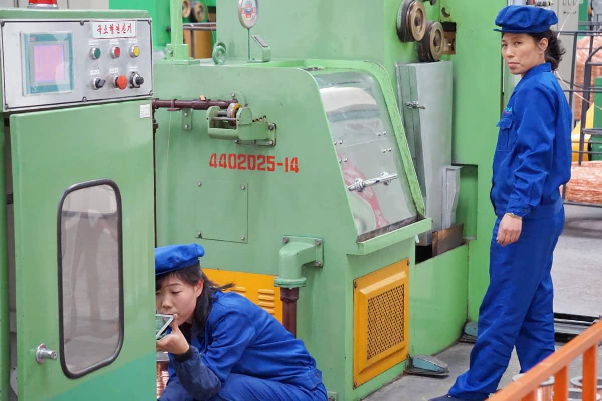 Pjongjangin kaapelitehtaalla numero 326 on kuulemma tiimejä, joilla on koossa koko vuoden tuotantotavoite.