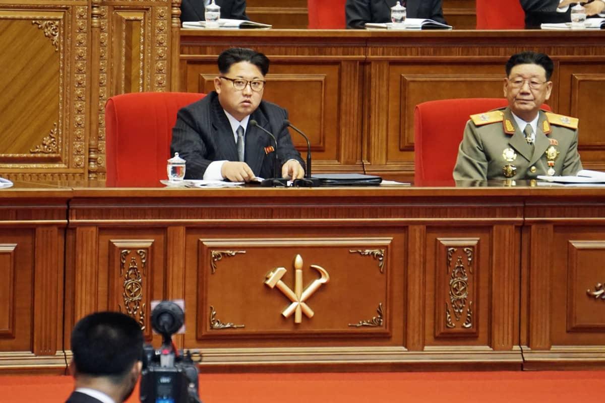 Pohjois-Korean johtaja Kim Jong-un puoluekokouksessa maanantaina.