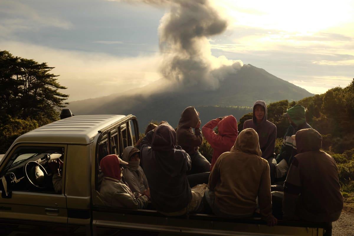 Ihmiset katsovat tulivuori Turrialbasta nousevaa tuhkaa Costa Ricassa perjantaina.