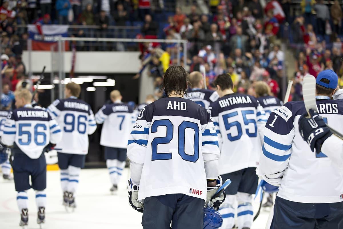 Suomen joukkue poistuu kaukalosta MM-finaalissa