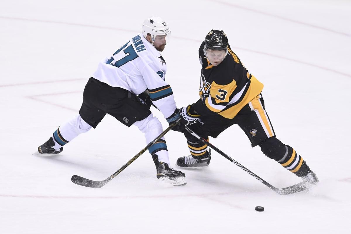 Joonas Donskoi (vas.) ja Olli Määttä taistelevat kiekosta vuoden 2016 ensimmäisessä Stanley Cup -finaalissa.