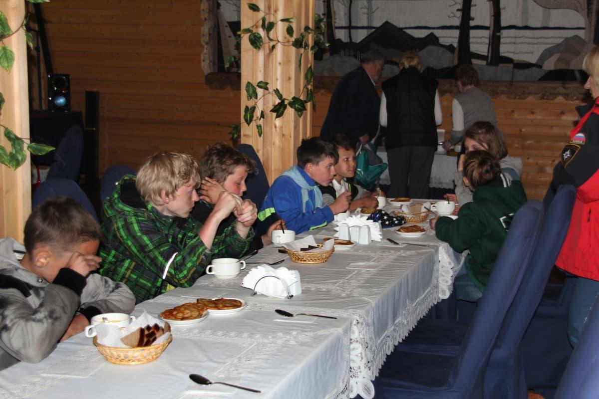 Säämäjärveltä pelastetut lapset ruokailivat onnettomuuden jälkeen sunnuntaina.