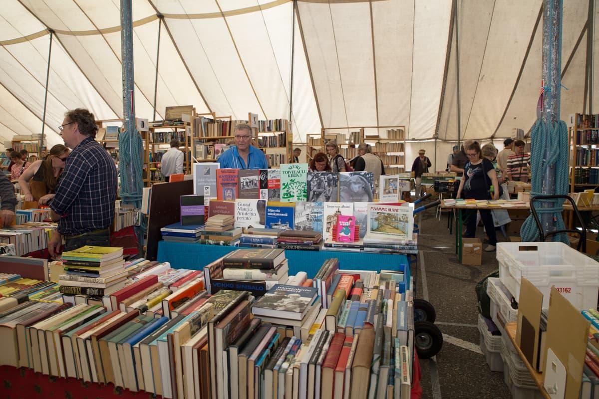 Vanhoja kirjoja teltassa.