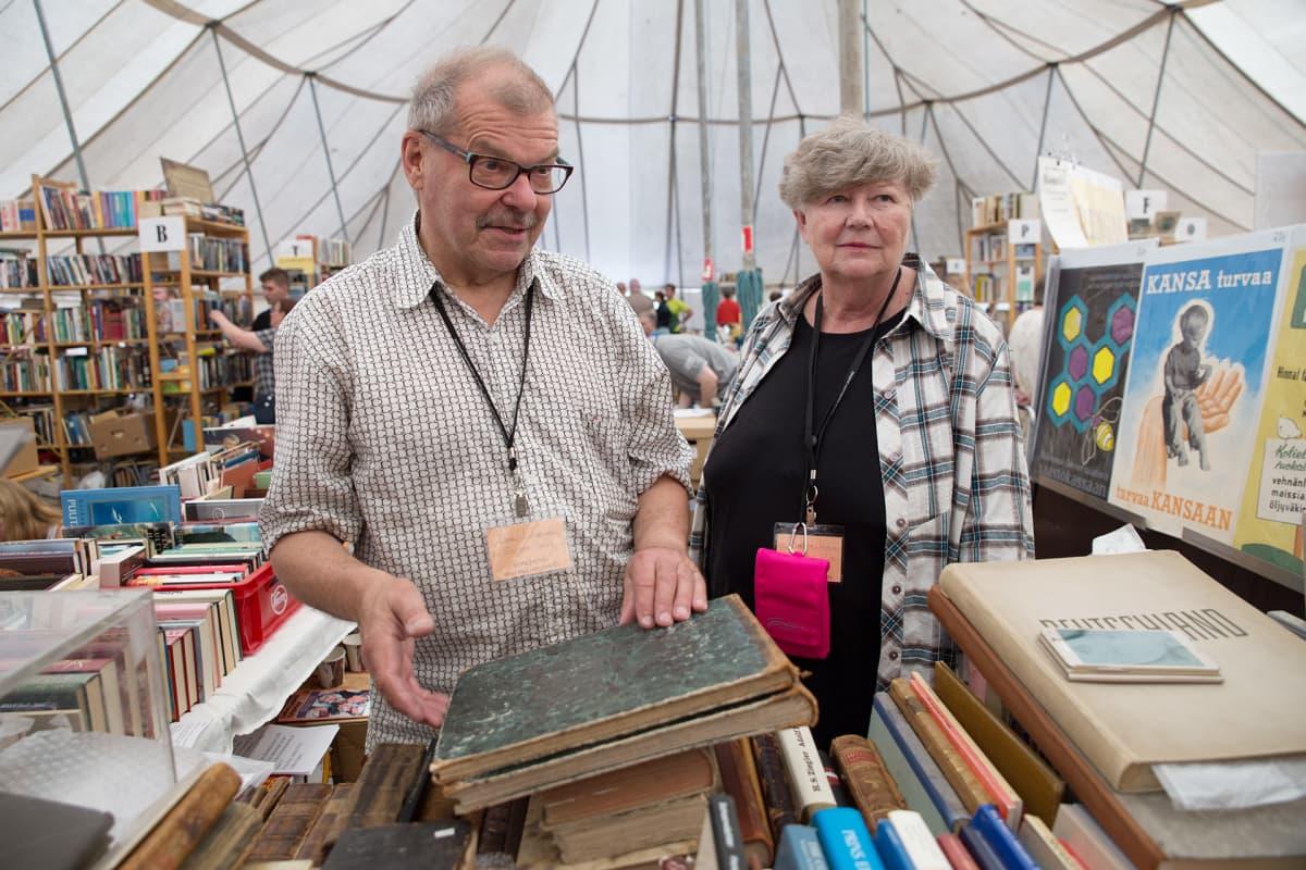 Matjatta ja Erkki J. Jokinen myyvät kirjojaan joka vuosi Sastamalassa.