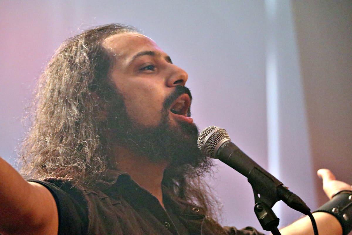 Libanonilaisen Blaakyumin laulaja Bassem Deaibess Tuska-festivaaleilla Helsingissä 1.7.2016.